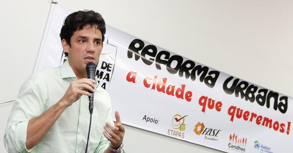 14.ago.2012 - Daniel Coelho, candidato do PSDB à Prefeitura do Recife, participa de evento no auditório do Memorial da Medicina, promovido pelo Fórum Estadual de Reforma Urbana, na capital pernambucana