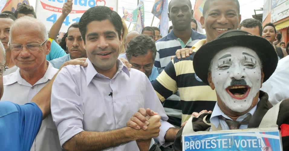 15.ago.2012 - ACM Neto, candidato do DEM à Prefeitura de Salvador, cumprimenta eleitores durante caminhada pelo bairro de Sussuarana Nova