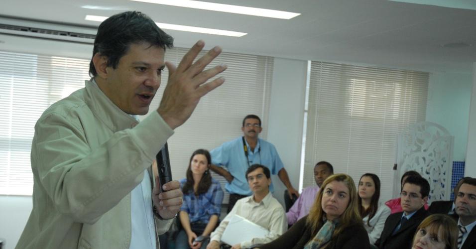 15.ago.2012 - Fernando Haddad, candidato do PT à Prefeitura de São Paulo, participou nesta quarta-feira de reunião com a diretoria da Aprofem (Sindicato dos Professores e Funcionários Municipais de São Paulo) na Praça da Sé, centro da cidade