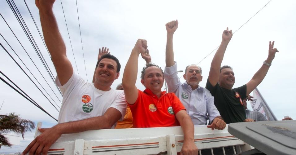 15.ago.2012 - Inácio Arruda (de camisa azul), candidato do PC do B à Prefeitura de Fortaleza, fez carreata nesta quarta-feira pelas ruas do bairro Cidade 2000