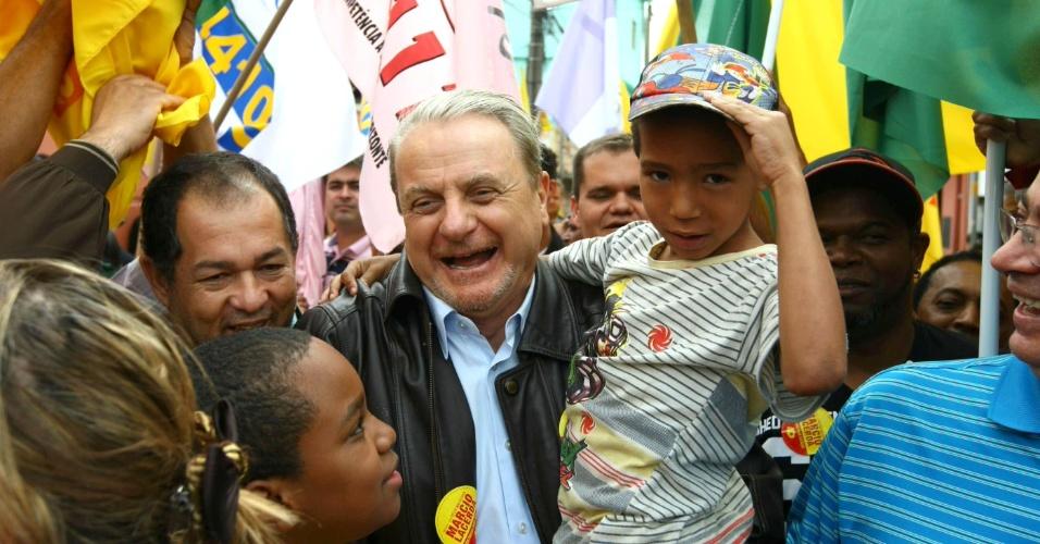 15.ago.2012 - Marcio Lacerda, candidato à reeleição em Belo Horizonte pelo PSB, faz caminhada pelo bairro Morro do Papagaio, na manhã desta quarta-feira