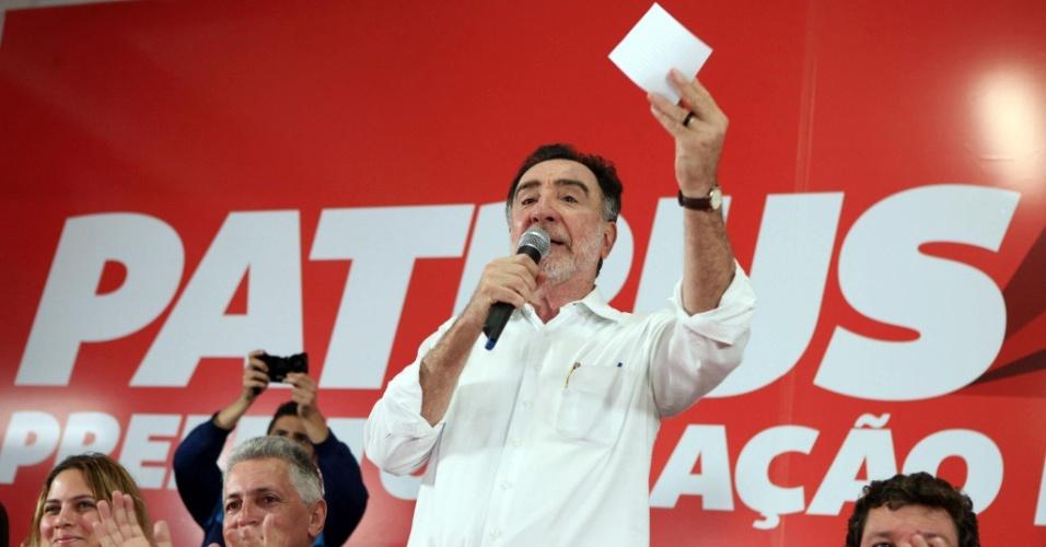 15.ago.2012 - O candidato do PT à Prefeitura de Belo Horizonte, Patrus Ananias, discursa durante plenária da Educação, na praça Sete de Setembro, centro da capital mineira
