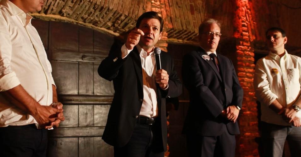 15.ago.2012 - Geraldo Julio, candidato do PSB à Prefeitura do Recife, discursa durante reunião com a diretoria do Sindicombustíveis (Sindicato de Comércio Varejista de Derivados de Petróleo de Pernambuco)