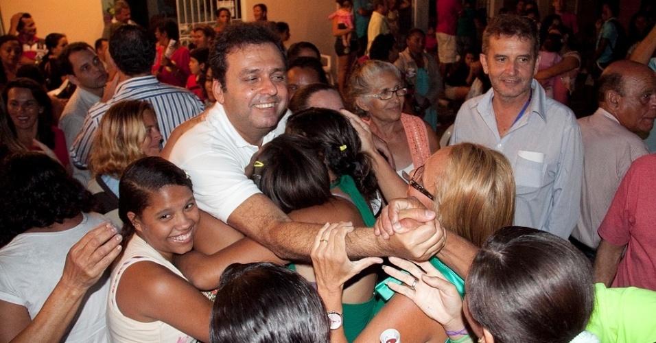 15.ago.2012 - O candidato do PDT à Prefeitura de Natal, Carlos Eduardo, abraça eleitores durante caminhada pelas ruas do bairro Felipe Camarão, na zona oeste da capital potiguar