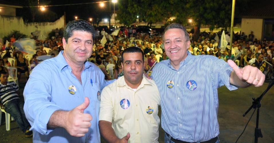 15.ago.2012 - O candidato do PSDB à Prefeitura de Cuiabá, Guilherme Maluf (à esq.), compareceu na noite de ontem no evento de lançamento da candidatura a vereador de Wilson Kero Kero (centro), do PRP