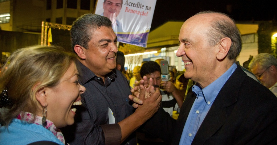 15.ago.2012 - O candidato do PSDB à Prefeitura de São Paulo, José Serra, cumprimenta eleitores durante enconrto com líderes da comunidade no bairro de Cidade Ademar, zona sul da capital