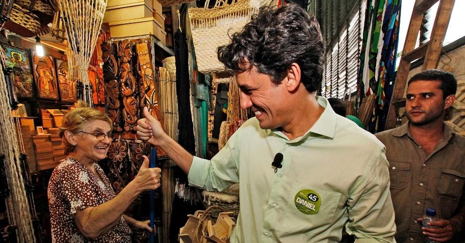 15.ago.2012 - O candidato do PSDB à Prefeitura do Recife, Daniel Coelho, cumprimenta eleitora durante caminhada pelo mercado de São José, um dos mais tradicionais pontos turísticos da capital pernambucana