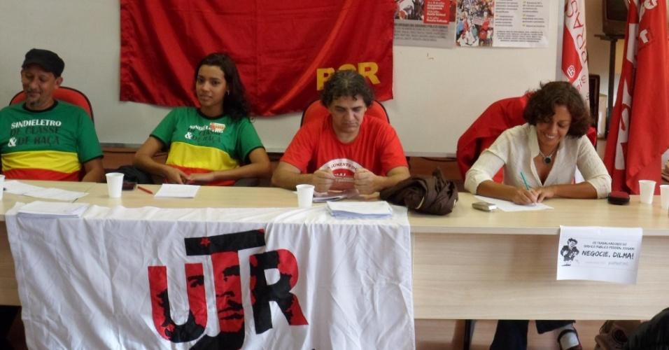 16.ago.2012 - A candidata do PSOL à Prefeitura de Belo Horizonte, Maria da Consolação (à dir.), participa de reunião com integrantes do Partido Comunista Revolucionário na capital mineira