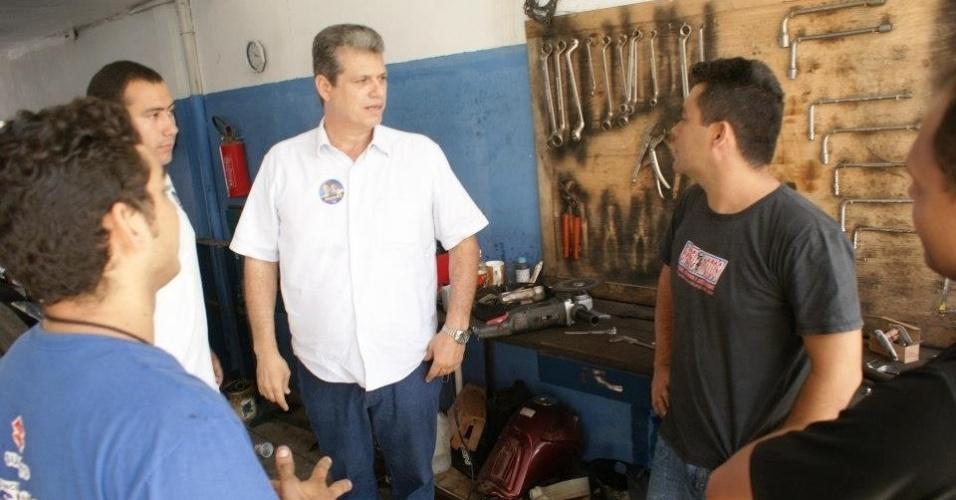 16.ago.2012 - Marcos Cals (de branco), candidato do PSDB à Prefeitura de Fortaleza, conversa com comerciantes durante caminhada pelo bairro Bom Jardim