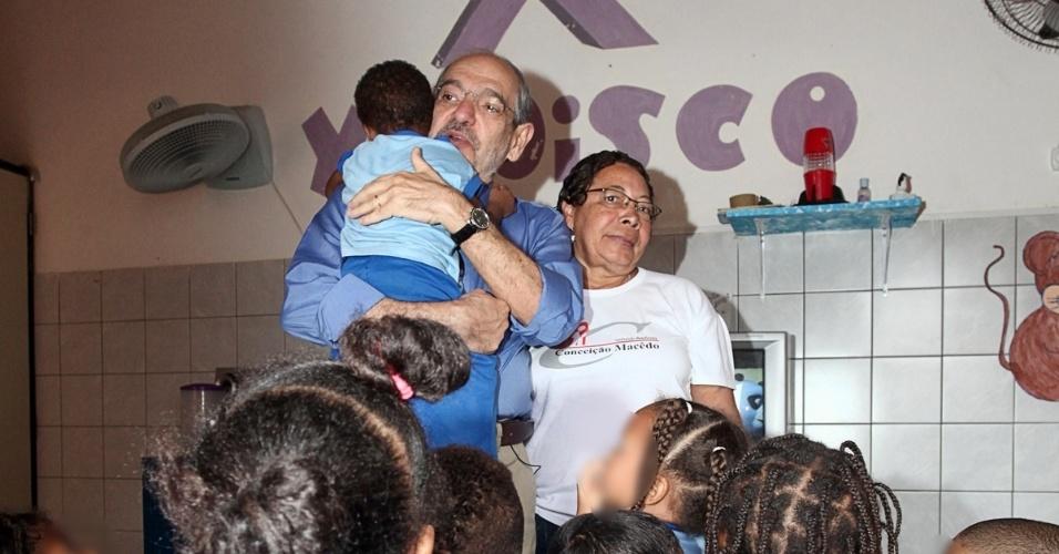 16.ago.2012 - Mario Kertész, candidato do PMDB à Prefeitura de Salvador, visitou nesta quinta-feira a Instituição Beneficente Conceição Macedo, que dá assistência a pessoas que convivem com o vírus da AIDS