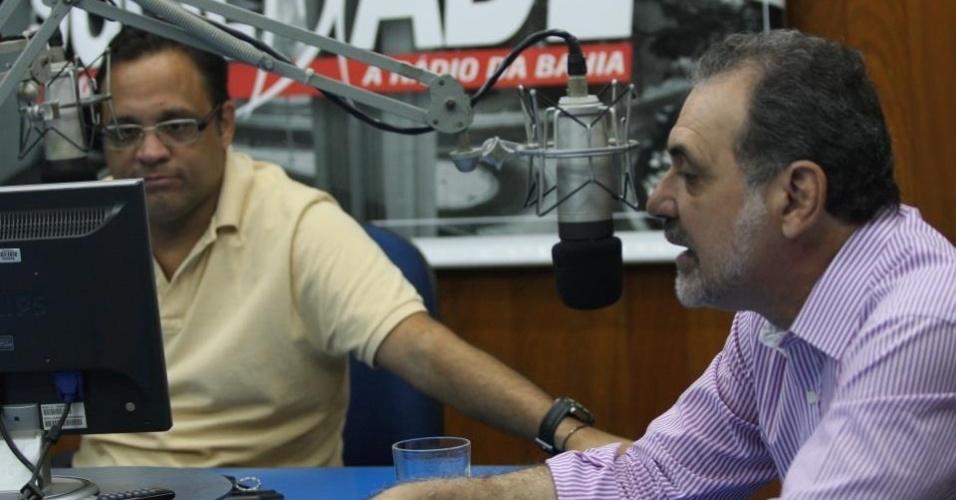16.ago.2012 - Nelson Pelegrino (à dir.), candidato do PT à Prefeitura de Salvador, deu entrevista na manhã desta quinta-feira para a rádio Sociedade da Bahia