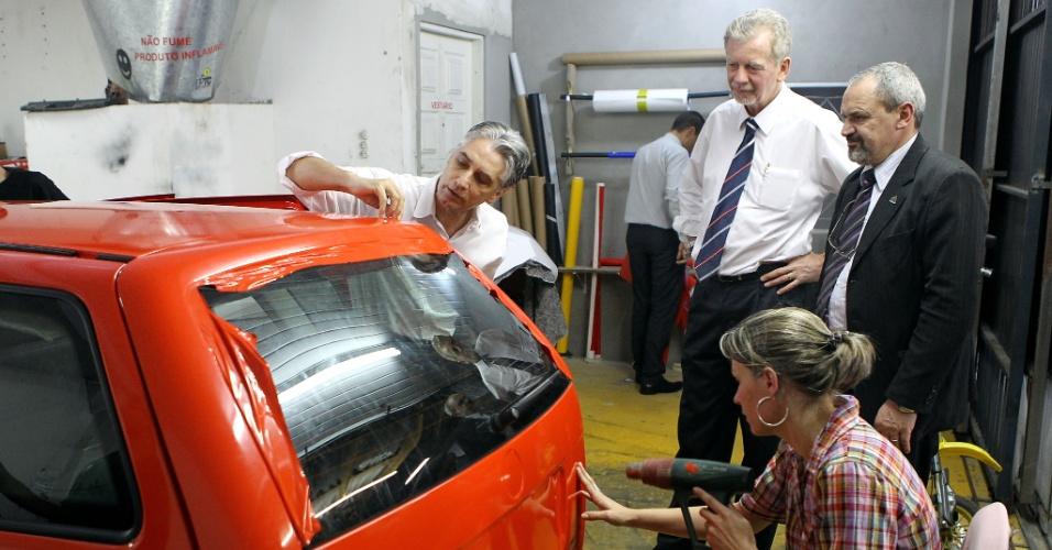 16.ago.2012 - O candidato à reeleição em Porto Alegre pelo PDT, José Fortunati (à dir., de camisa branca), visitou a garagem do Sintaxi (Sindicato dos Taxistas), no bairro do Partenon, na capital gaúcha