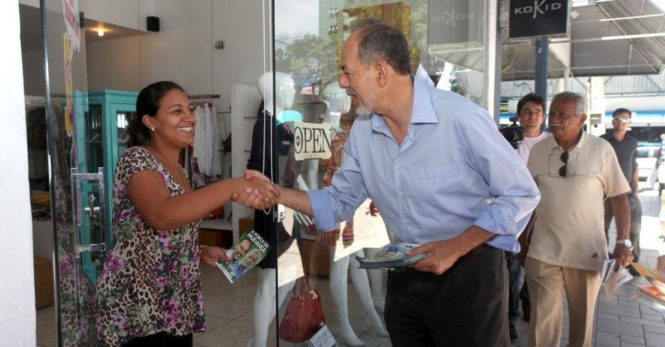16.ago.2012 - O candidato do PC do B à Prefeitura de Fortaleza, Inácio Arruda, cumprimenta comerciante durante caminhada pela avenida Desembargador Moreira