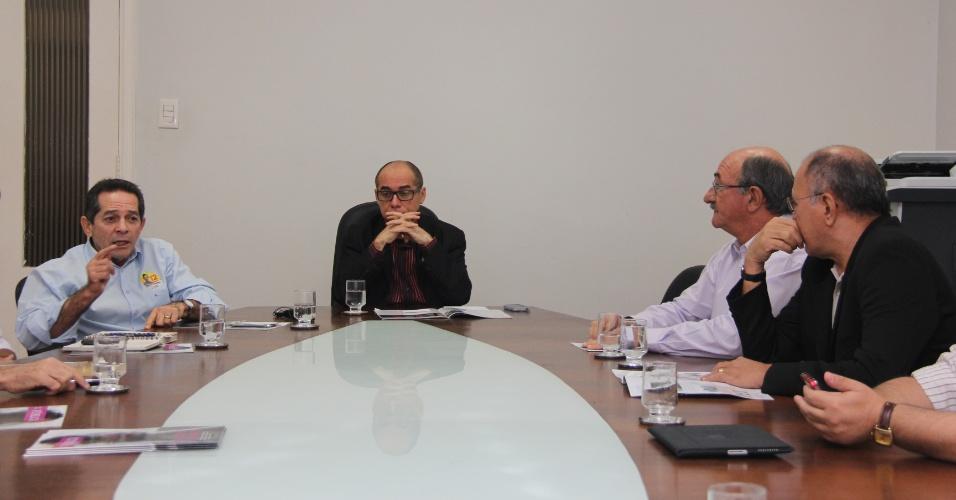 16.ago.2012 - O candidato do PDT à Prefeitura de Fortaleza, Heitor Férrer (à esq.), apresentou seu programa de governo em reunião na reitoria da Universidade Federal do Ceará