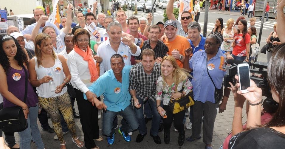 16.ago.2012 - O candidato do PDT à Prefeitura de São Paulo, Paulinho da Força (no centro, de camisa xadrez), visitou o comércio da rua Voluntários da Pátria, em Santana, zona norte da capital