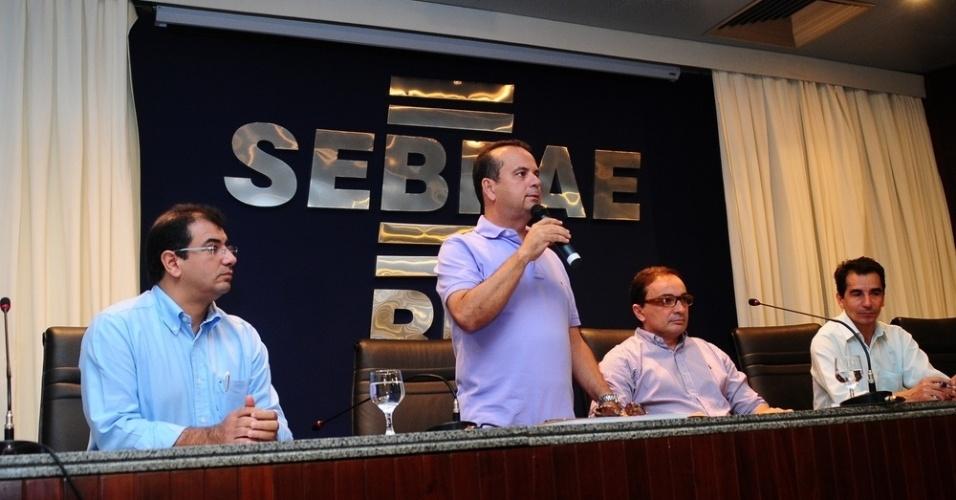 16.ago.2012 - O candidato do PSDB à Prefeitura de Natal, Rogério Marinho, participou nesta quinta-feira de uma sabatina realizada pelo Sebrae, no bairro de Lagoa Nova