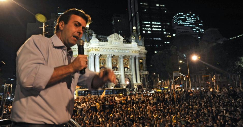 16.ago.2012 - O candidato do PSOL à Prefeitura do Rio, Marcelo Freixo, --que subiu de 8% para 12% na última pesquisa Ibope-- discursa para cerca de 3.000 jovens na Cinelândia (centro)