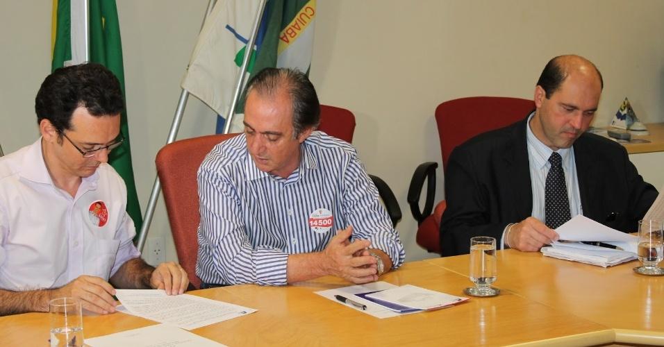 16.ago.2012 - O candidato do PT à Prefeitura de Cuiabá , Lúdio Cabral (à esq.), se reuniu com integrantes da CDL (Câmara de Dirigentes Lojistas) nesta quinta-feira