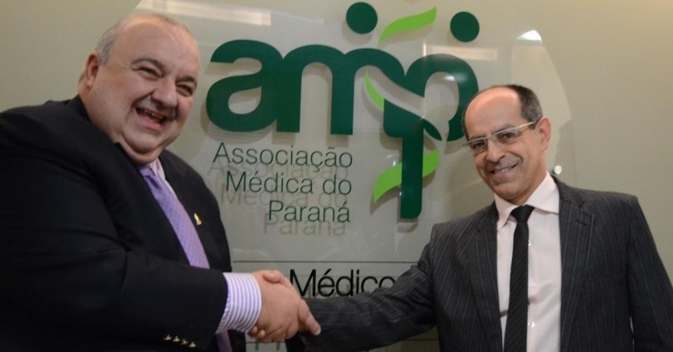16.ago.2012 - Rafael Greca (à esq.), candidato do PMDB à Prefeitura de Curitiba, apresentou seu projeto de governo aos integrantes da Associação Médica do Paraná