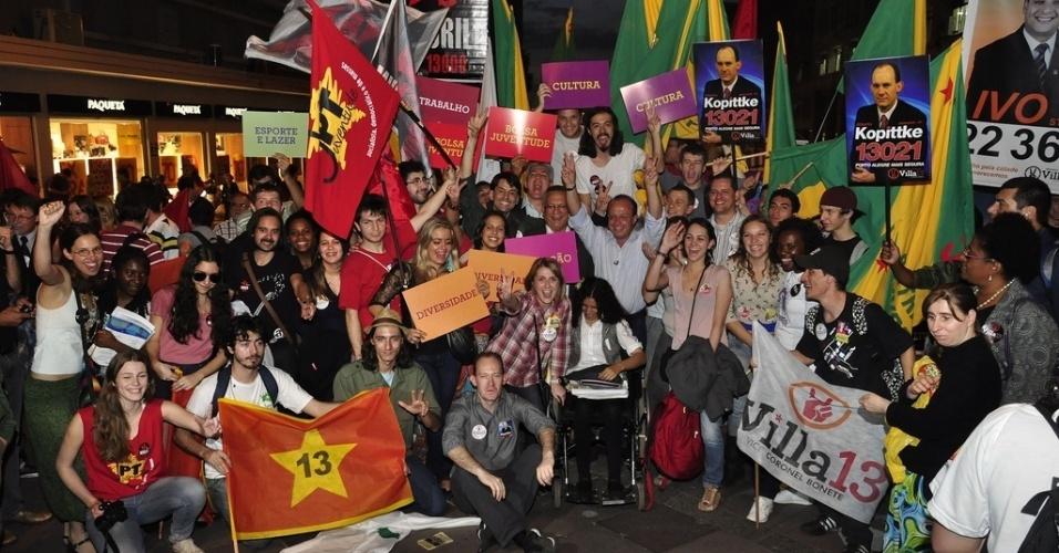 16.ago.2012 - Adão Villaverde, candidato do PT à Prefeitura de Porto Alegre, faz campanha na Esquina Democrática, no centro da capital gaúcha