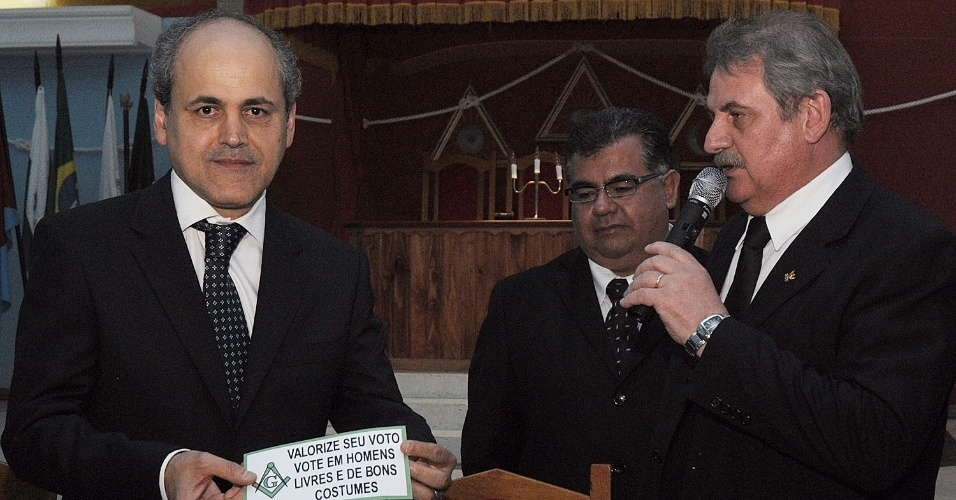 16.ago.2012 - O candidato do PDT à Prefeitura de Curitiba, Gustavo Fruet (à esq.), participou de sabatina no bairro Jardim Botânico