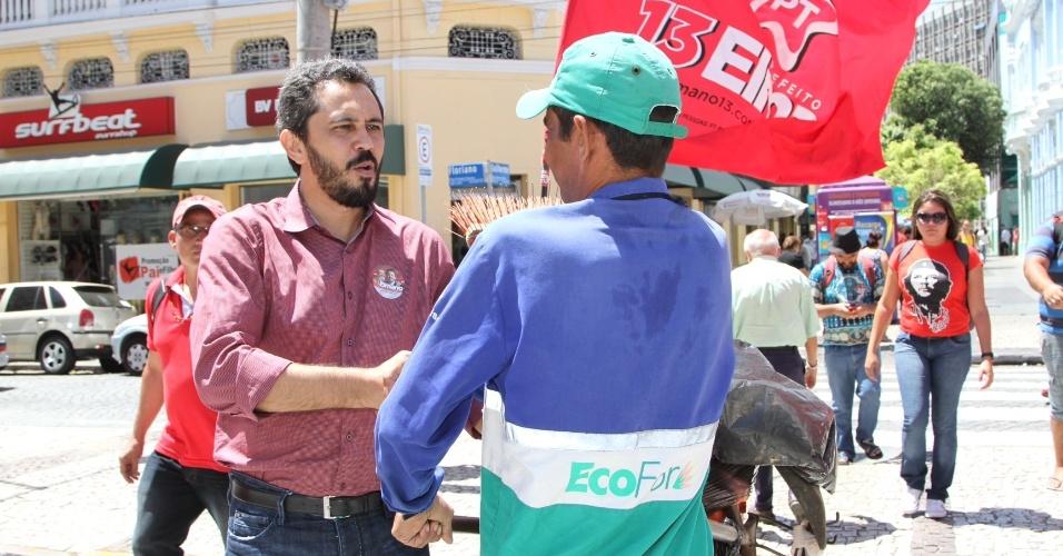 17.ago.2012 - Elmano de Freitas (à esq.), candidato do PT à Prefeitura de Fortaleza, cumprimenta eleitor durante caminhada pelo centro da capital cearense