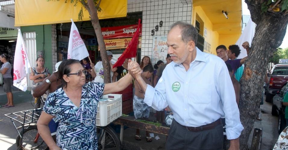 17.ago.2012 - Inácio Arruda, candidato do PC do B à Prefeitura de Fortaleza, cumprimenta eleitora durante caminhada pelo bairro do Pirambu