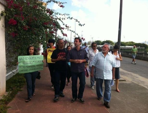 17.ago.2012 - Marcelo Freixo, candidato do PSOL à Prefeitura do Rio de Janeiro, visitou nesta sexta-feira a Vila do Pan, acompanhado por integrantes do Comitê Popular da Copa e das Olimpíadas
