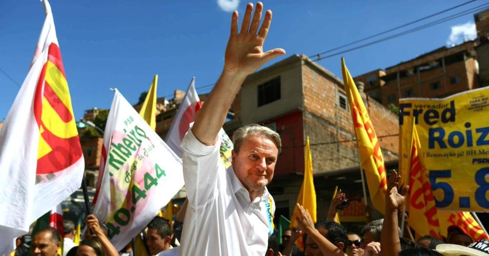 17.ago.2012 - Marcio Lacerda, candidato à reeleição em Belo Horizonte pelo PSB, caminhou nesta sexta-feira pelas ruas do bairro Novo São Lucas, região leste da capital mineira
