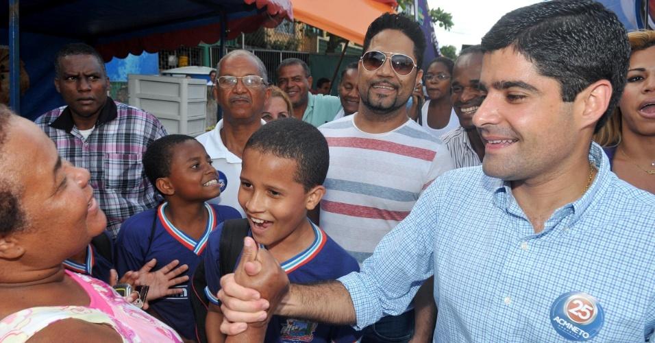 17.ago.2012 - O candidato do DEM a prefeito de Salvador, ACM Neto, cumprimenta eleitora durante caminhada na tarde desta sexta no bairro de Marechal Rondon. No local, ele prometeu limpar o dique e realizar obras de contenção de encostas