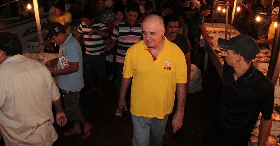 17.ago.2012 - O candidato do PSB à Prefeitura de Manaus, Serafim Corrêa, visitou nesta madrugada o terminal pesqueiro da Panair