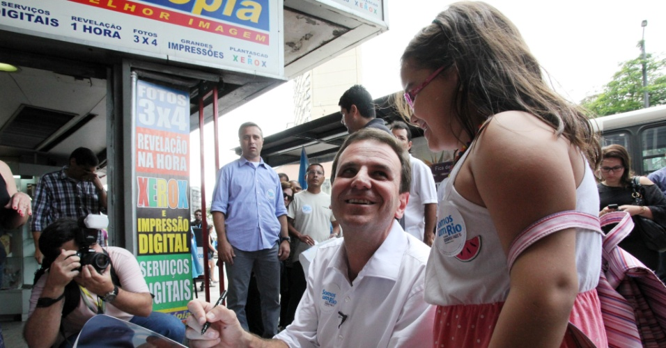 18.ago.2012 - Eduardo Paes, prefeito e candidato à reeleição pelo PMDB, autografou material de campanha durante caminhada neste sábado na Praça Saens Peña, na Tijuca, zona norte da cidade