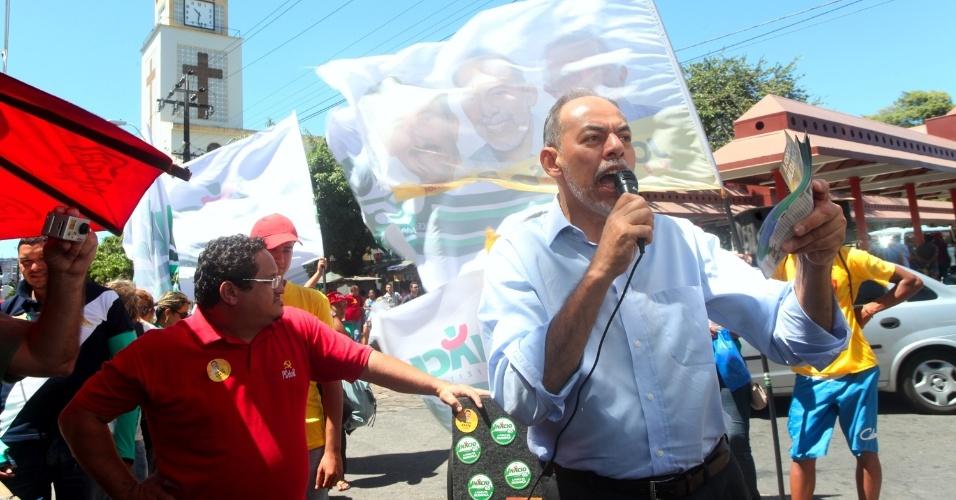 18.ago.2012 - O candidato do PC do B, Inácio Arruda, faz caminhada pelo centro da cidade na manhã deste sábado