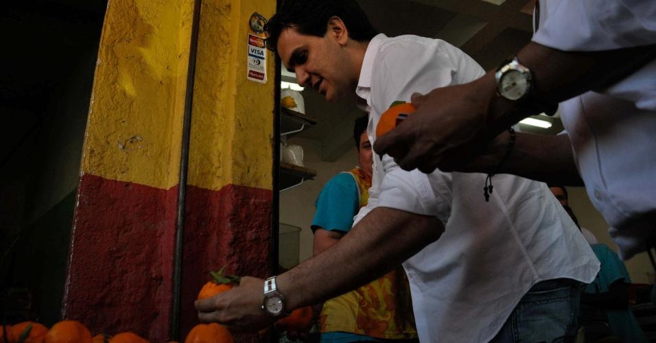 18.ago.2012 - O candidato do PMDB à Prefeitura de São Paulo, Gabriel Chalita, visita feira livre na Lapa, zona oeste da capital