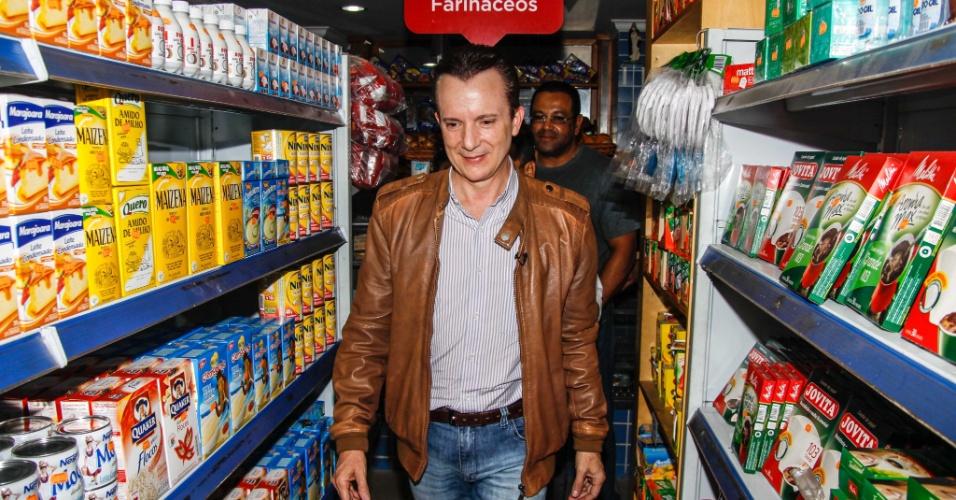 18.ago.2012 - O candidato do PRB à Prefeitura de Sao Paulo, Celso Russomanno, faz caminhada na comunidade de Heliópolis, zona sul da capital paulista