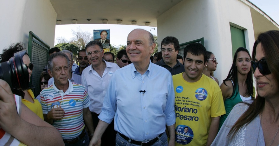 18.ago.2012 - O candidato do PSDB à Prefeitura de São Paulo, José Serra, faz caminhada no Parque do trote, no bairro de Vila Maria, zona norte da capital paulista