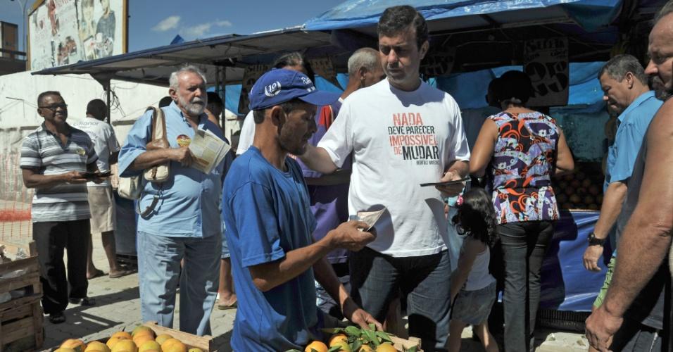 18.ago.2012 - O candidato do PSOL a prefeito do Rio de Janeiro, Marcelo Freixo, fala com eleitores em visita a feira livre na Pavuna