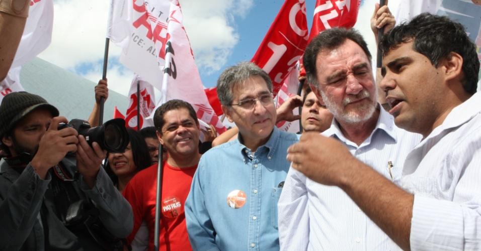 18.ago.2012 - O candidato do PT à prefeitura de Belo Horizonte, Patrus Ananias, participou de caminhada na Pampulha ao lado do ministro do Desenvolvimento, Indústria e Comércio Exterior, Fernando Pimentel (de azul), neste sábado