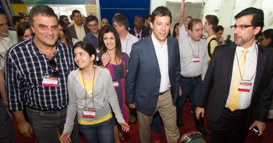 18.ago.2012 - O candidato do PT à Prefeitura de São Paulo, Fernando Haddad, visitou a 22ª Bienal Internacional do Livro de São Paulo com sua mulher, filha e o ministro da Justiça, José Eduardo Cardozo