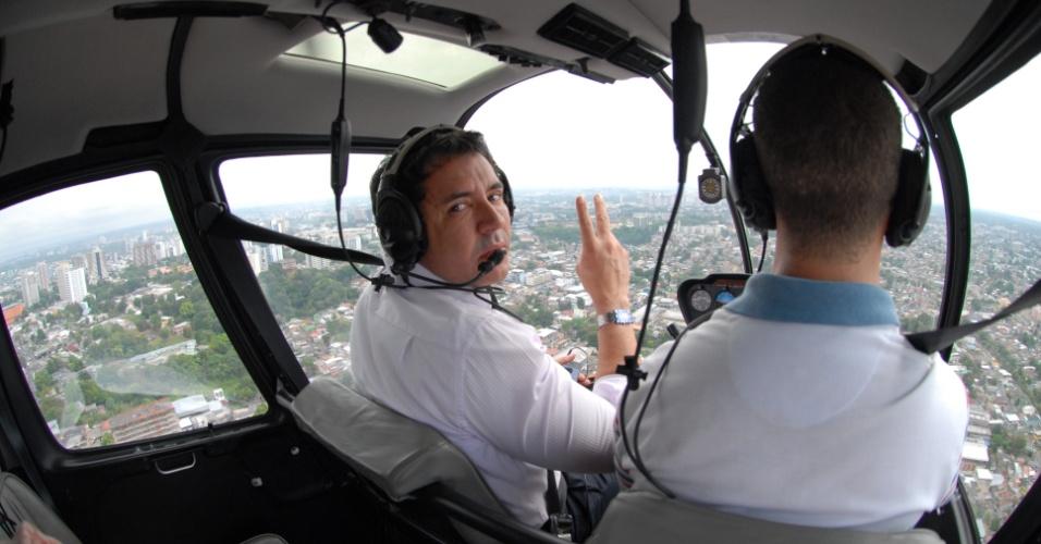 18.ago.2012 - O candidato do PTB à Prefeitura de Manaus, Sabino Castelo Branco, usa helicóptero para atingir maior número de comunidades durante a campanha