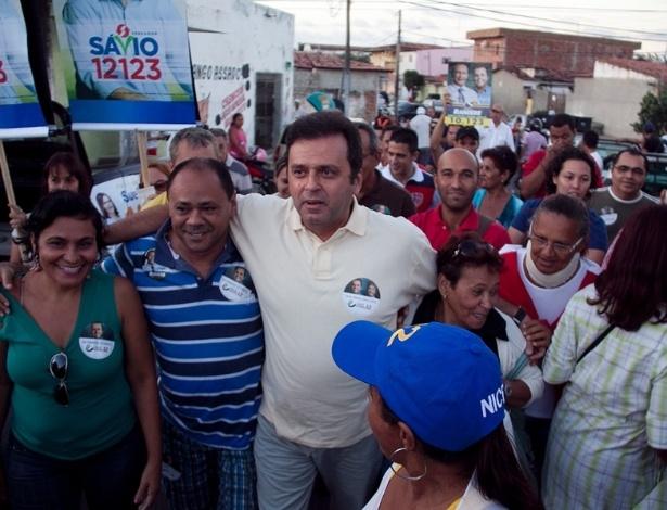 19.ago.2012 -  Carlos Eduardo, candidato do PDT à Prefeitura de Natal, fez caminhada pelo bairro de Nossa Senhora da Apresentação, na zona norte, no sábado (18)