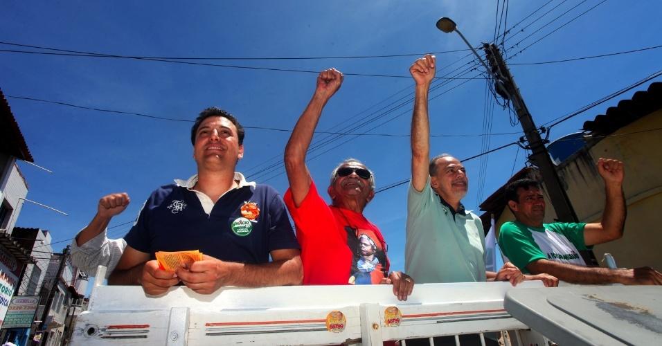 19.ago.2012 - Inácio Arruda, candidato do PC do B à Prefeitura de Fortaleza (de azul), participou de carreata, manhã deste domingo, no bairro Grande Pirambu