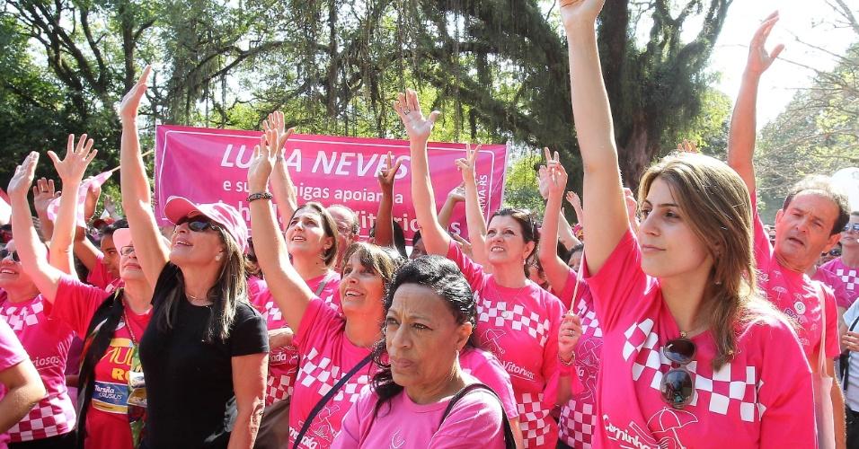19.ago.2012 - Manuela D'Ávila, candidata do PC do B à Prefeitura de Porto Alegre participa da caminhada das vitoriosas, neste domingo