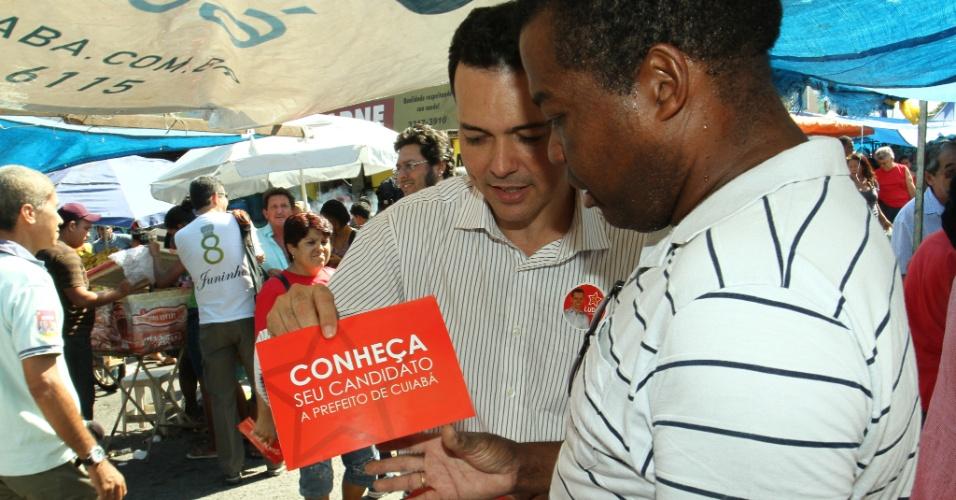 19.ago.2012 - O candidato a prefeito de Cuiabá pelo PT, Lúdio Cabral, conversa com comerciantes na feira do bairro CPA 2, neste domingo