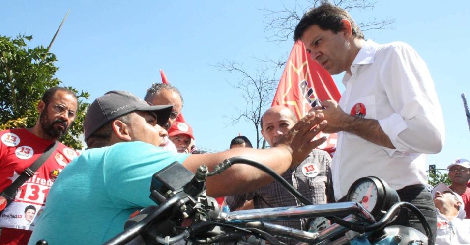 19.ago.2012 - O candidato à Prefeitura de São Paulo pelo PT, Fernando Haddad, fala com eleitores durante um comício do vereador Alfredinho (PT), na avenida das Nações Unidas, na tarde deste domingo