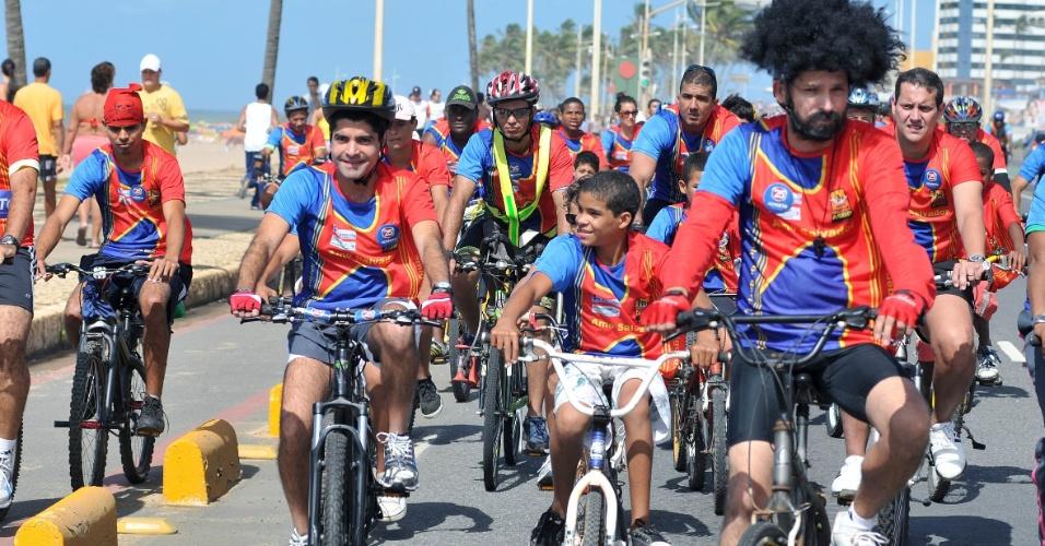 19.ago.2012 - O candidato do DEM a prefeito de Salvador, ACM Neto, participou de passeio ciclístico pela orla Atlântica