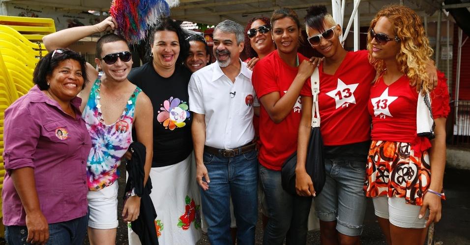 19.ago.2012 - O candidatos do PT à Prefeitura do Recife, Humberto Costa, participou de um café da manhã, neste domingo, promovido pelo movimento LGBT (Lésbicas,  Gays, Bissexuais e Transgêneros), no Mercado da Boa Vista
