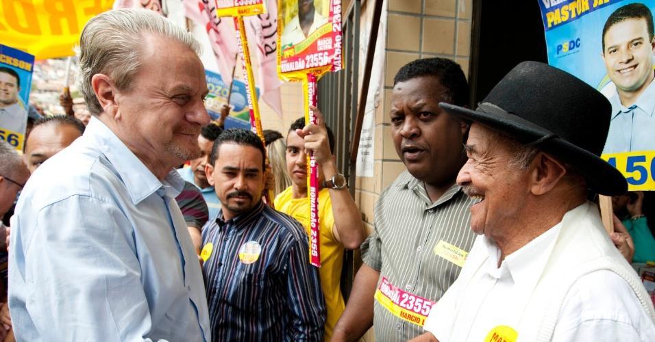 19.ago.2012 - O prefeito de Belo Horizonte e candidato à reeleição, Marcio Lacerda (PSB), cumprimenta eleitor durante caminhada no Aglomerado da Serra, neste domingo