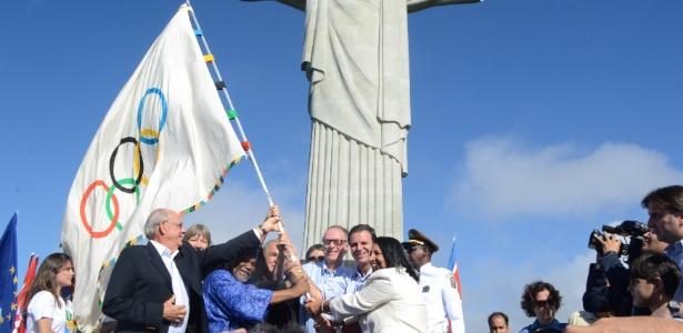 Prefeito Paes e autoridades levam bandeira olímpica até o Cristo Redentor