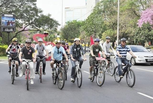 19.ago.2012 - Adão Villaverde, candidato do PT à Prefeitura de Porto Alegre, participou de um passeio de bicicleta neste domingo pela região do Caminho dos Parques